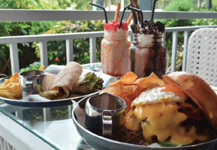 非日常を感じさせる現代的なデザインのMelt restaurant。  オススメは、小さくて可愛いハンバーガーや フォトジェニックなドリンク♡