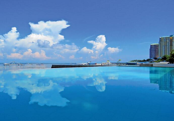 大人も子供も楽しめるオープンプール♪  AOZORA SEASIDE MACTAN HOTELでは、 予約不要のマリンスポーツを近くの海で楽しむことも!