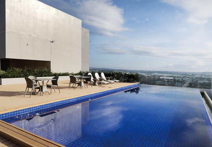 ホテル屋上には、インフィニティプール♡  街の景色を楽しみながら、ゆっくりリラックス♪