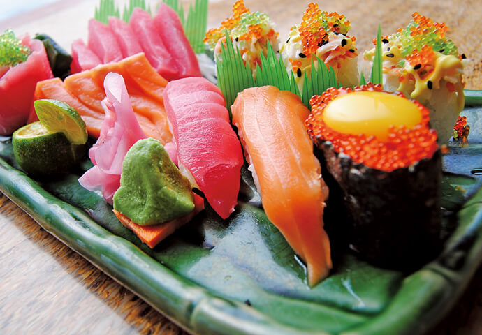 厳選された食材だけで作った、一流の職人の高級寿司! どのお寿司も、新鮮な海の幸を使用しているので、ネタが光り輝いています♡  他にも、フォトジェニックなスイーツや、とれたて南国フルーツなど、 世界の料理やデザートを種類豊富に取り揃えています。