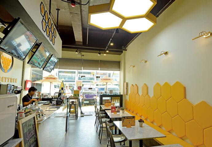"""""""ハニー""""の名前は伊達じゃない!お店の中は、一面黄色の六角形だらけで、まるでハチの巣♪ 一度見たら忘れられないユニークなデザインに思わずビックリ!"""