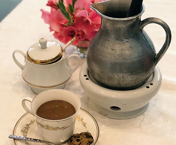 デートに欠かせない、人気のホットチョコレート♡  カカオの風味のタブレアをたっぷり使用! フィリピンの歴史の味を心ゆくまでご堪能ください。  カップ2~3杯分、たっぷりあるので、 二人でシェアしてくださいね♪