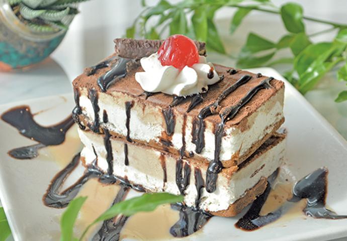 濃厚ティラミス×本格ジェラート♡最高の2つが合わさった、ティラミスジェラートケーキ! クリームチーズが香るティラミス生地に、チョコレートソースをたっぷり♡綺麗に整ったケーキは、思わず写真を撮りたくなっちゃう芸術作品♪