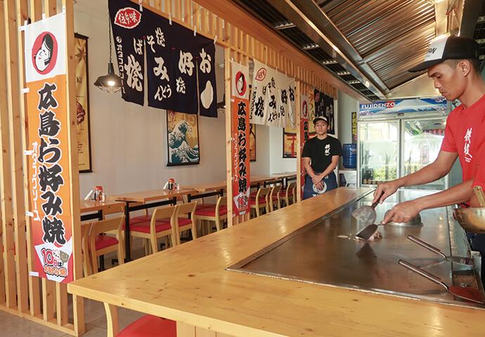 カウンター席は、目の前で焼くところが見られる特等席♪  テーブルには、日本でおなじみオタフクソースが準備されている嬉しい配慮も♡