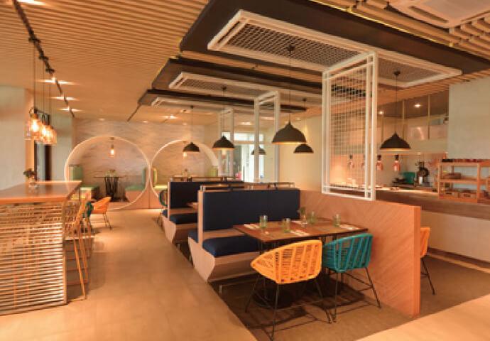現代的なデザインのMelt restaurantでは、 小さくて可愛いハンバーガーや フォトジェニックなドリンクなどの軽食がいただけます。