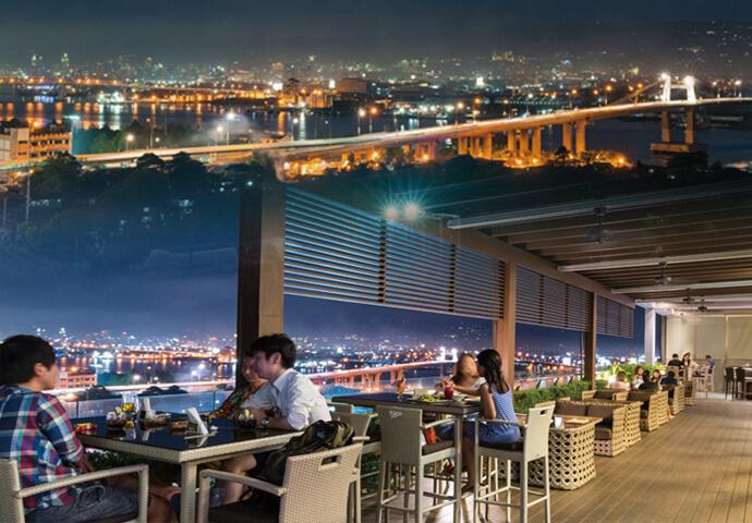屋外席は、大人の雰囲気溢れる特等席。  大切な人と夜景を楽しみながら優雅にお食事を♡