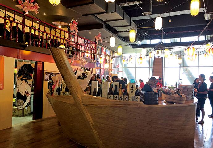 毎日お祭りのような雰囲気の松之家。 入口の鳥居をくぐると、すぐ目の前に船が!  実はこれ、調理場なんです。