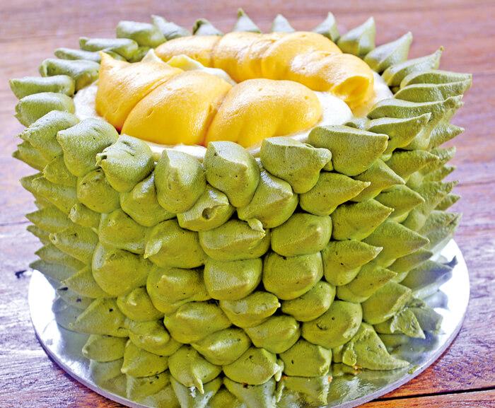 Durianica(1500ペソ(whole)/190ペソ(piece)) Dessert Studioのスイーツ魅力は、その完成度の高さ! トゲの一本一本まで本物のクオリティにこだわって作られた、創作ケーキ♪味も、ドリアンのクリーミーな舌触りと濃厚な甘味を完全再現しています。