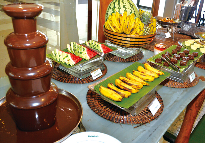 デザートには、パイナップル、スイカなど、セブでおなじみのフルーツ♡  女性を中心に大人気のチョコレートフォンデュも マシュマロやバナナで楽しめます。