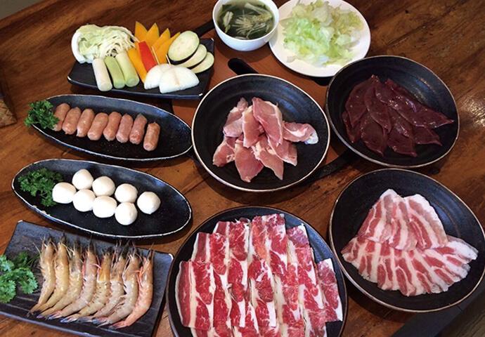 圧倒的人気メニュー!  牛肉・豚肉・鶏もも肉はもちろん、 エビ・ソーセージ・フィッシュボール・レバー・砂肝 ・野菜・手羽先・ポテトフライ・サラダ・スープ全てが食べ放題♪