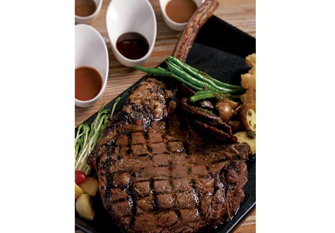 グラスワイン2杯とセットになったビッグサイズのステーキ♡  絵にかいたような最高級のトマホークステーキを囲んで2人で乾杯! 特別な日にオススメのリッチなメニューです。