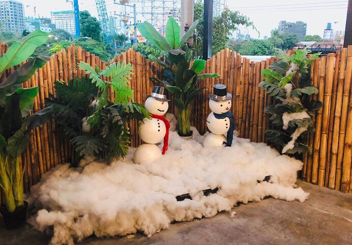 来店したのは12月でしたが、テラスの片隅にはこのように雪ダルマが飾られていました。夏と雨季しかないフィリピンでは「雪」は憧れの存在なのです。見るだけでも少し涼しくなりますね!