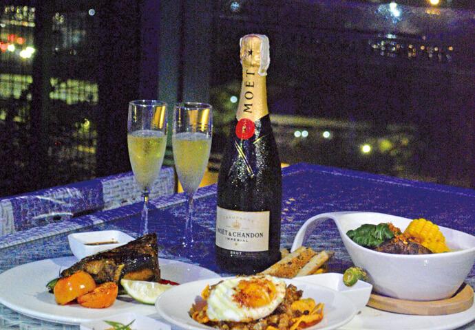 Twilight Roofdeck Lounge + Bar(トワイライト)は、 23階にあるモダンな屋外テラス付きのバー♪  マンダウエ・セブ・ラプラプの景色を楽しみながらカクテルやお食事♡