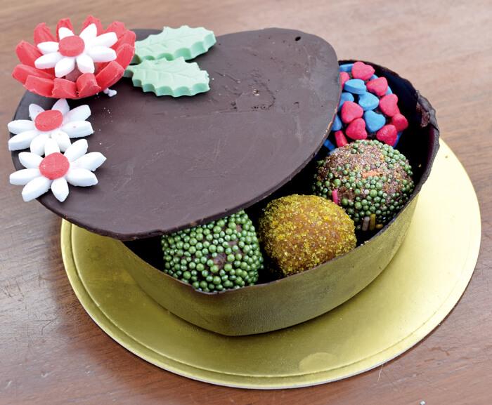 なんと、外側の箱までチョコレート!  食べれる箱の中には、 カラフルに彩られたトリュフチョコレートがいっぱい♡  サプライズで喜ばれること間違いなし♪