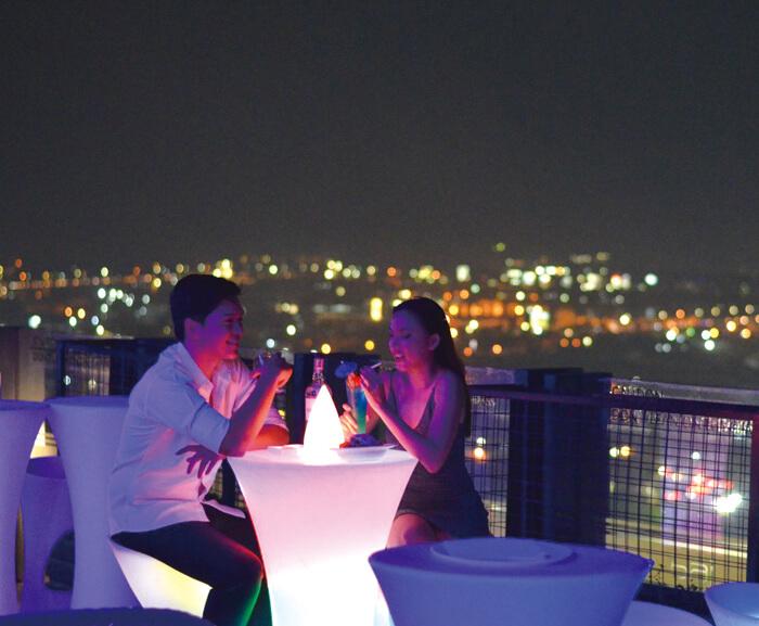 ライトアップされ、幻想的な雰囲気と景色を味わいながら、 大人の夜をお過ごしください。  Twilight Roofdeck Lounge + Barは、 深夜2時まで営業しています。
