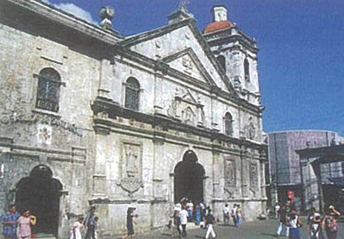 キリスト教フィリピン上陸450周年記念碑が、 サント・ニーニョ教会に建立。