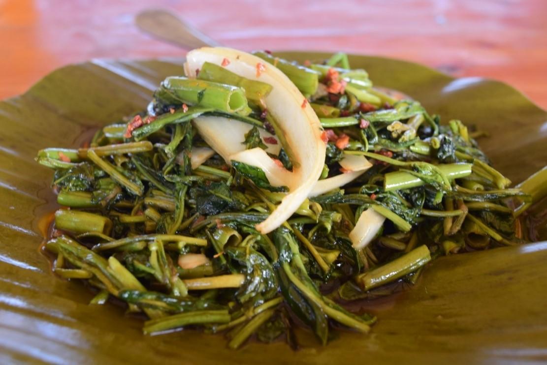 アドボンカンコン(P110)  セブでカンコンと呼ばれる水ほうれん草は中華の青菜炒めのようなもので、特に日本人が良く注文するフィリピン料理です。 しょうゆ、酢、ニンニク、好みによっては砂糖を混ぜ合わせたタレの中に長時間漬け込み、黒コショウをまぶし、月桂樹の葉とともに煮込むフィリピン伝統の調理法、アドボ風に調理することも、小麦粉をまぶして揚げることもできます。どんな風に調理してもシャキシャキした触感が楽しめます。