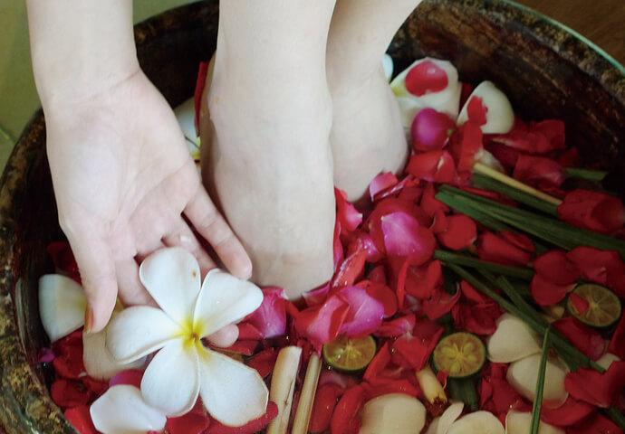 至極のフットセラピー♪  お花のニオイでリラックスしながら、 じっくりと足の疲れをほぐしていきます。