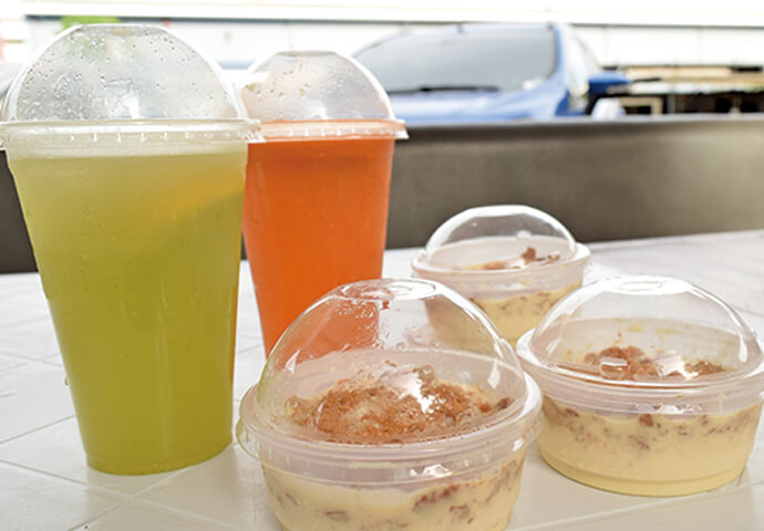 クレープやマンゴーフロートも、もちろん新鮮フルーツもりもり♪ 外のテーブルで食べるのも、テイクアウトして、ゆっくり味わうのも◎