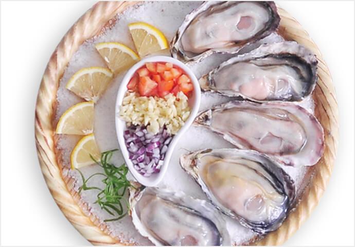 大きくて中身はプリプリ♡  なかなかお目にかかれないサイズの牡蠣の蒸し料理♪ 大皿注文で、さらにお得♪