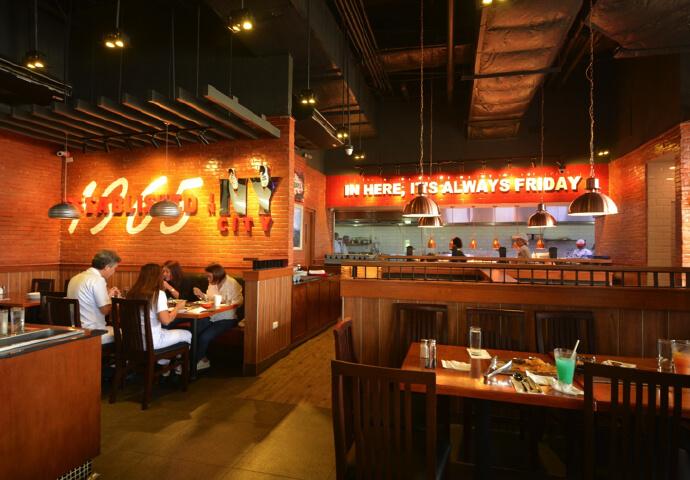 店内はこの通り、アメリカ風のお洒落な雰囲気です。 奥に「IN HERE, IT'S ALWAYS FRIDAY / ここでは、毎日金曜日!」というのがおもしろいですね! 料理はアメリカとメキシコのミックス料理となります。フィリピン人だけでなく、外国から訪れる人にもきっと気に入られるレストランであること間違いなしと思います!
