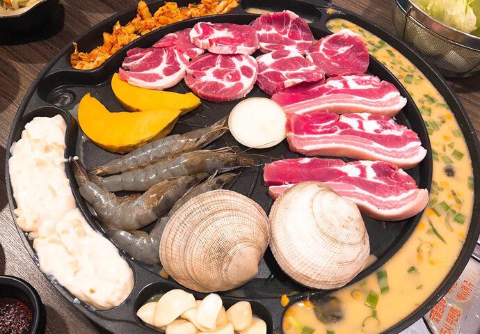 それでは、いよいよお料理について紹介致します!  まずこちら!4人でシェアできる盛り合わせです。サムギョプサル、エビ、貝、卵やキムチなどのコンビネーションでお値段は1,000ペソ!皆で仲良く色々食べれるコスパの良いメニューです。