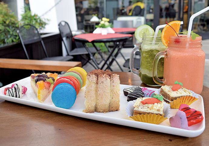 色とりどりのマカロンやケーキのお得なセット!  お茶や女子会など、みんなでシェアして食べるのにピッタリ♪ お店の人気スイーツを、一口サイズでいただきます♡