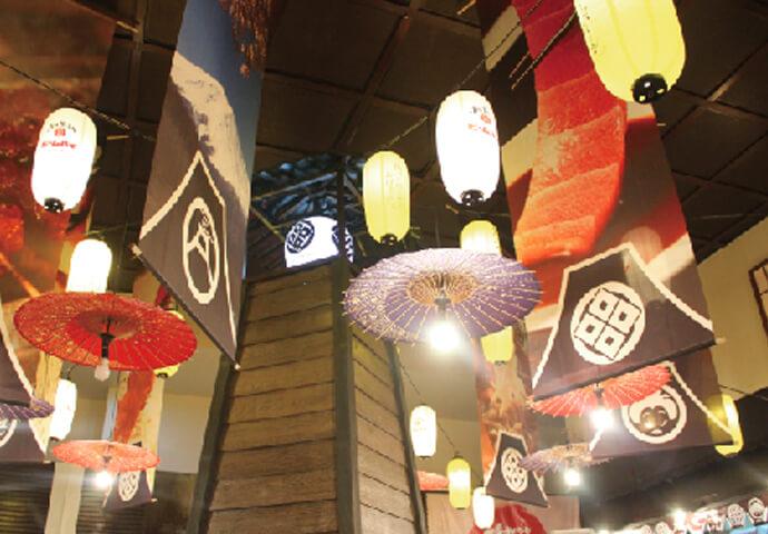 日本のお祭りをイメージした賑やかな天井♪  入口では、なんと、何重にも連なった鳥居がお出迎え! 一度訪れたら忘れられないインパクトです。