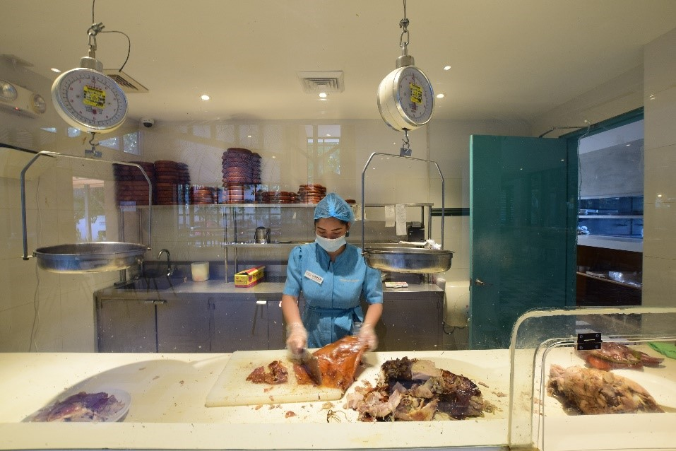 ライブキッチンエリア  スタッフがレチョンをカットするキッチンをガラス越しに見ることが出来ます。丸焼きの豚をカットするダイナミックなパフォーマンスをお楽しみください!