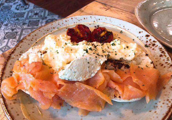 こちらはカリッと焼いたイングリッシュマフィンの上に、スクランブルのエッグとサーモン、クリームチーズを載せたブランチメニューです。サーモン好きにはたまらない!!!