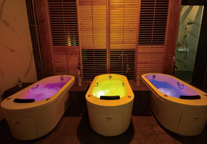 プライベートバスタブに使用する天然アロマ入浴剤は、自由に選択可能!  入浴後は、贅沢な空間でマッサージをたっぷり1時間以上♡