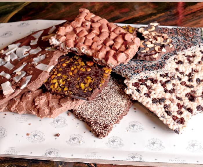 割れていても、チョコレートの風味と甘味そのまま♡ リーズナブルに高品質チョコレートが味わえると、 テイクアウトで大人気!  割れチョコは、ホワイト・ダーク・ミルクなど、全21種類。 自分用や、手作りチョコレートの材料にいかがでしょうか?