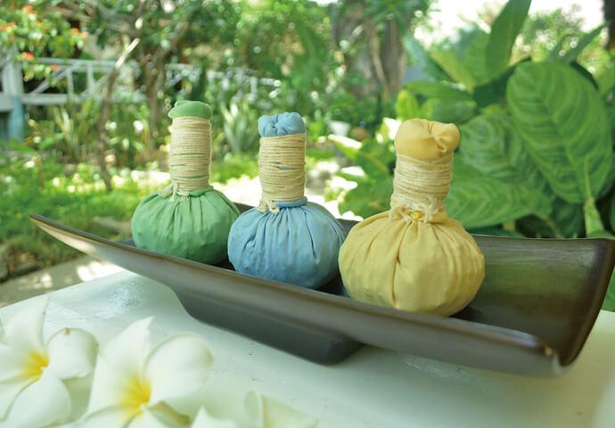 綿布で包んだハーブを蒸し、束にしたものを体に当てるマッサージ。  リラックス・痛みの緩和効果などが得られます。