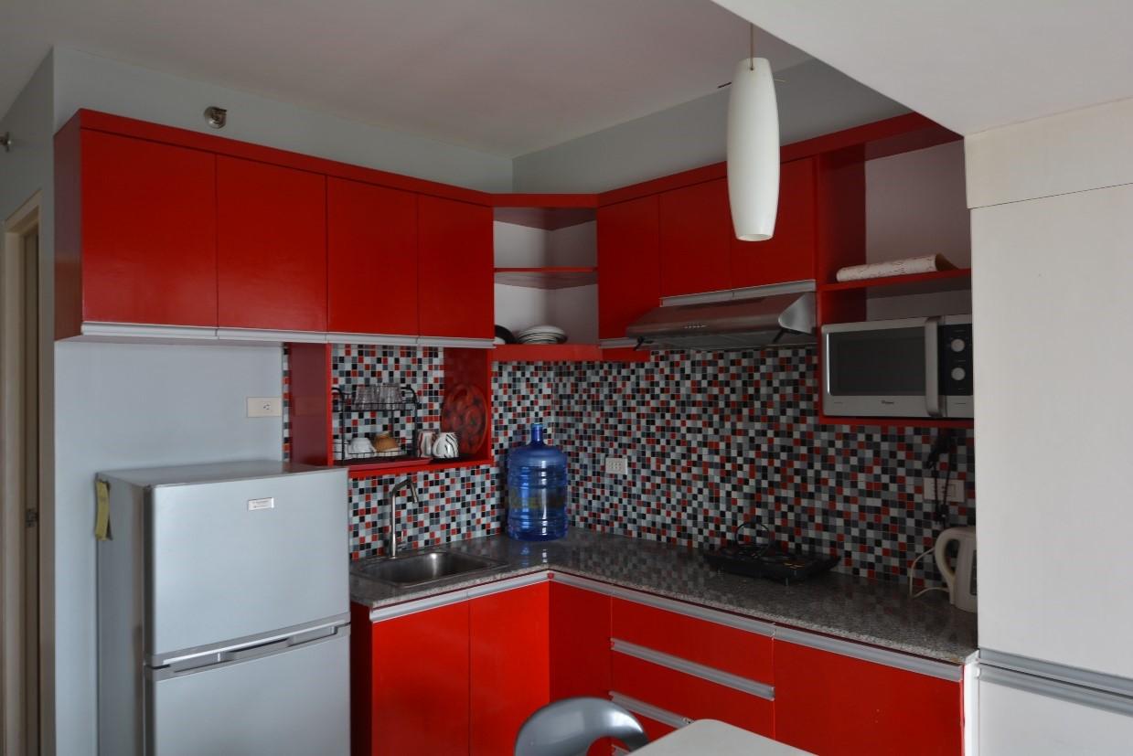 赤を基調としたビビットなインテリアが揃うお部屋