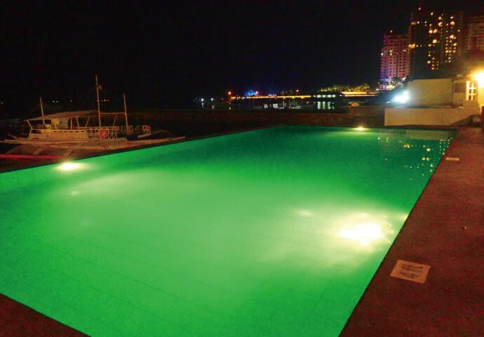 夜になるとライトアップ。  いつもと違う雰囲気のプールを夜景と一緒に楽しめます♡