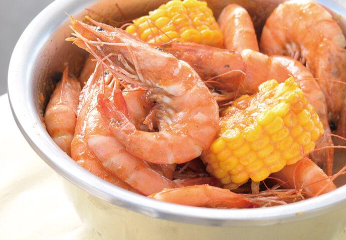 セブ市内にも支店があるBucket Shrimps。  エビを中心に、シーフードやバーベキュー料理をリーズナブルに提供♪ 地元の常連さんが多く通うお店です。  イチオシのバケツで提供されるShrimps(蒸しエビ)は、 数十匹のエビが入ったバケツを手で剥いていただく珍しい食事スタイル!  手が汚れないようにビニール手袋をもらえるので安心してください♪  味はケイジャン・ガーリックバター・カレーから選べます。