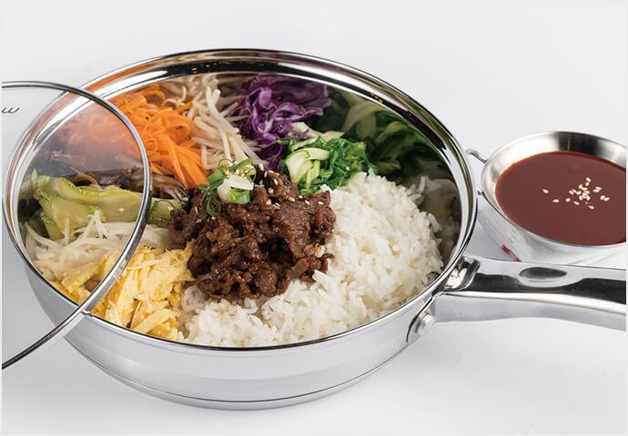 ピリ辛豚肉がごはんによく合う韓国料理の大定番♪  かき混ぜて食べるのがもったいないくらいに 綺麗に盛りつけられているのが印象的♡