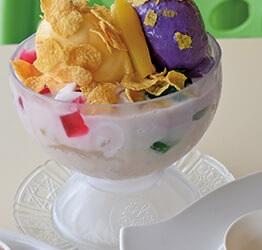 お店イチオシのHalo-halo Special(85ペソ) 自慢のハロハロは、大きなウベアイスと新鮮な南国フルーツやスイートコーンたっぷり♡