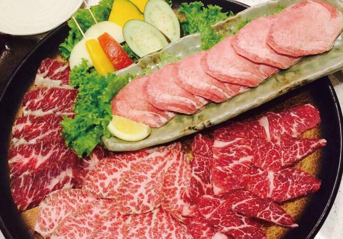 CookPub と同じくIsland Central Mactanの2Fに出店しているTAJIMAYAは、 ランチ・ディナー帯問わずセブアノや外国人で大にぎわい!   人気の秘密は、リーズナブルな食べ放題メニュー♡ 牛・豚・鶏・サイドメニューがどれだけ食べても650ペソ!  日本直輸入の食材で作られた自家製タレを付けて食べれば、もう箸が止まらない♪  別売りの石焼ビビンバやキムチと合わせて食べるのも◎