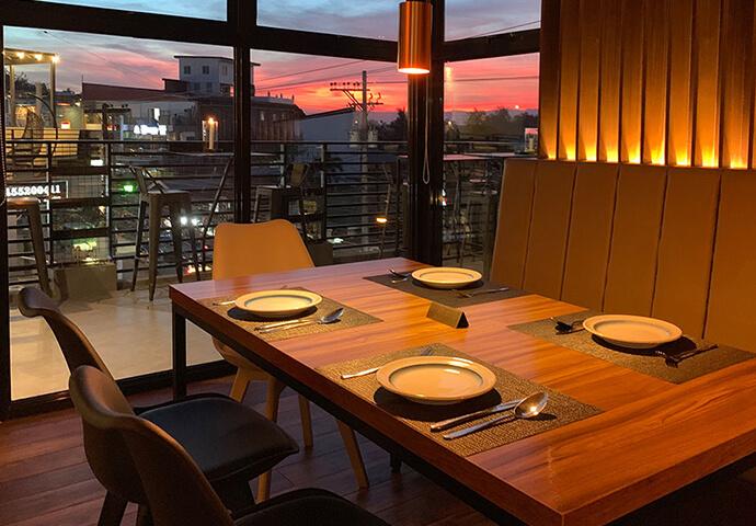 クロケットやムール貝蒸しなど、 オシャレに盛りつけられた高級タパスの数々♪  大きな窓から見える景色が、料理をより一層引き立てます♡
