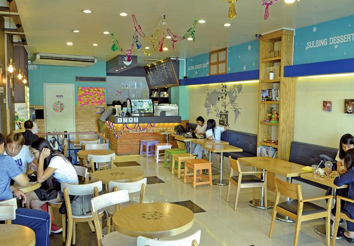 飲み物にはコーヒーやミルクティーをご用意♡ カラフルでオシャレな店内で、ホッと一息♪ショッピングの休憩や勉強の息抜きにいかがでしょうか?