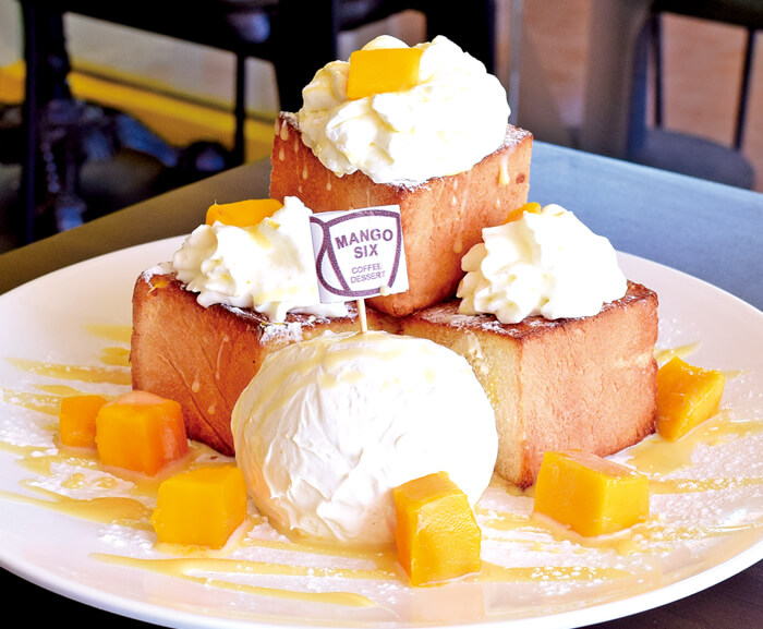 Butter bread mango(220ペソ) こんがり焼いた角切りトーストに、生クリームとマンゴーとソースをたっぷり♡見栄えも味も最高のマンゴースイーツ!シェアして食べるのもオススメ♪