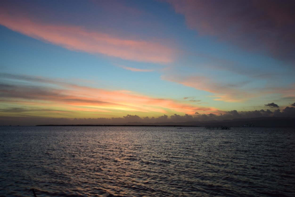 Lantaw Cordova の夕日  ランタウ コルドバでは、息をのむような夕日の眺めを誇る日没が体験できます。心地よい海風を感じながら、空の色が変化していく様子をお楽しみください。