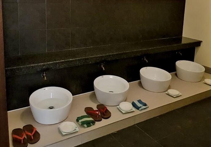 施術前に、足を洗ってくれるサービス♡