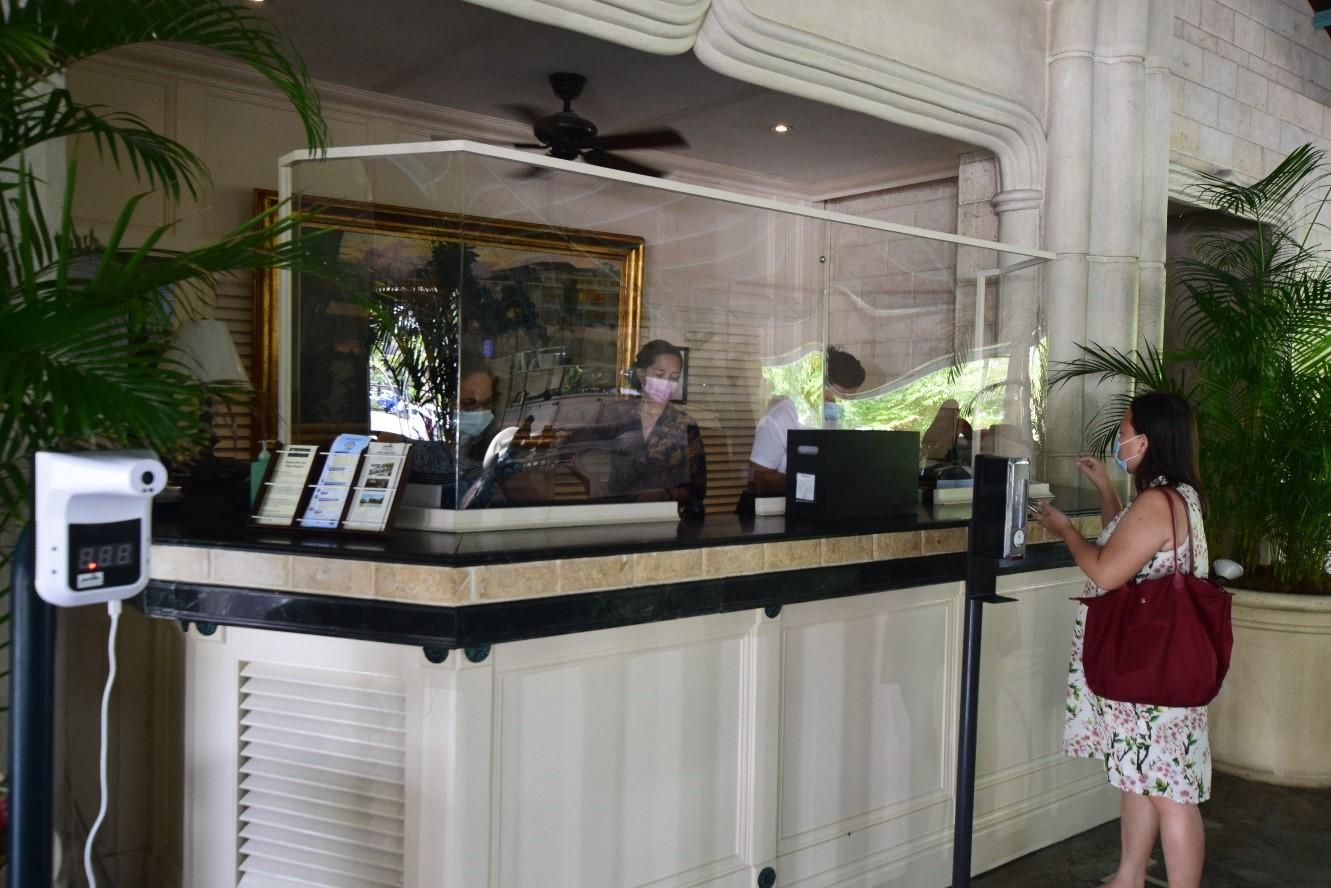 エントランスでは、検温器、アルコール消毒機があり、入館時にシートの記入をしてから入館をします。