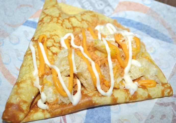 小腹が空いた時に大活躍! おかず系クレープで人気のポークフロスチーズオムレツ。  ほんのり甘い生地に、ズッシリするほどオムレツを入れ、 チーズをたっぷりかけたら、完成です♡