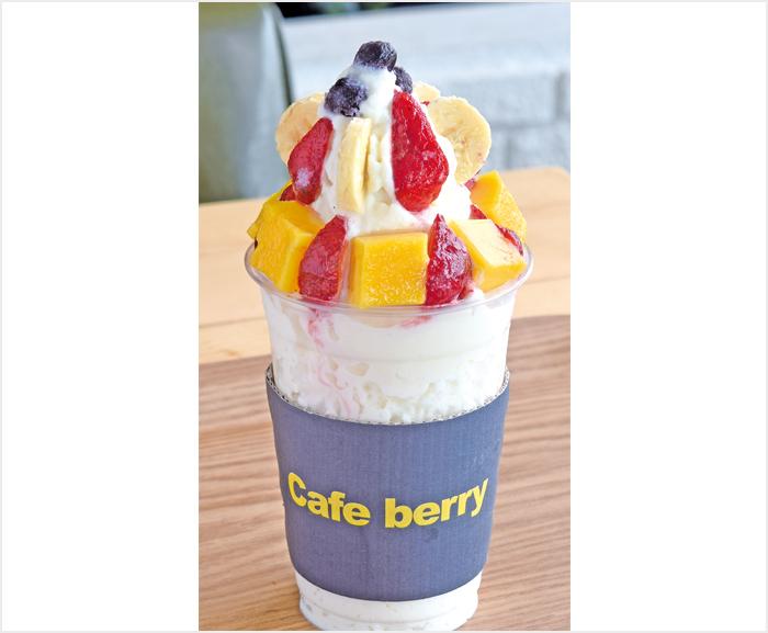 """Fruit Snow(99ペソ(small)/190ペソ(regular)) お店の看板メニュー""""Snow""""シリーズ♪ イチゴにバナナにマンゴーにブルーベリー♪色んなフルーツを楽しめる、よくばりスイーツ♡雪のようなフワフワかき氷に練乳を絡めていただきます!"""