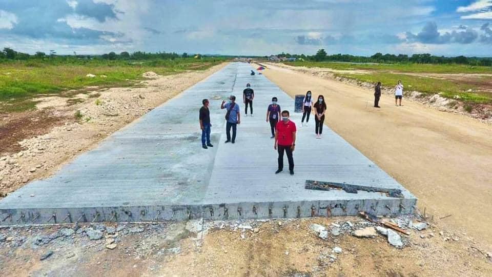 マクタンセブ国際空港局(MCIAA)のジェネラルマネージャーであるスティーブディディカンの評価に基づいて、バンタヤン空港の建設は順調で予定よりも進んでいます。 2020年9月12日の時点で、滑走路の延長は50%完成し境界フェンスは30%完成しています。  出典:InfoCebu