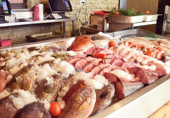 魚介からバーベキュー、リブ肉などがひしめき合うカウンターで 食材を選んで調理してもらう珍しい形式のシーフード&肉料理のお店。  食材を選んだら重さをはかって料金決定、 後はお好きな調理方法を指定して注文完了!   メニュー表も用意されているので、調理方法に迷った時は参考に♪