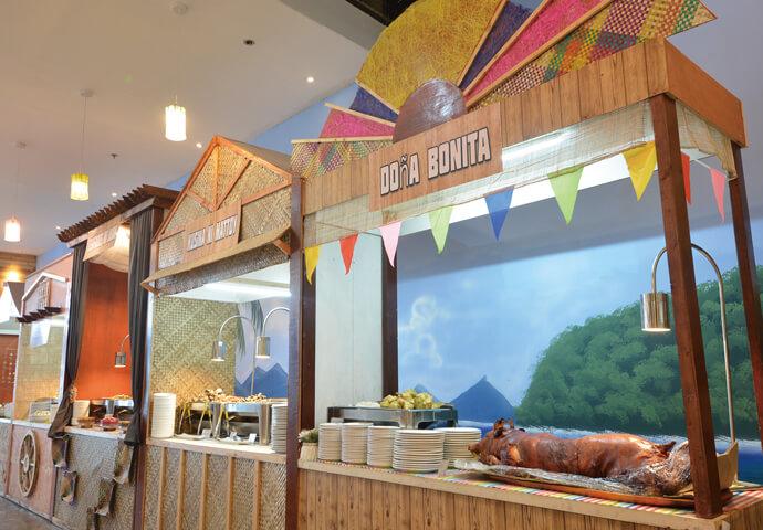 Seafood Paradiseの食べ放題メニューは 日本では考えられないくらいリーズナブル!  時間帯問わず、一律料金なので 散策を思いっきり堪能した後でも大丈夫!  テーブルの目の前には、カキやエビ、ホタテイカ♪ バラエティーに富んだシーフード料理がズラリ!  もちろん、バーベキュー料理やマンゴーなどのデザートも♡  料理が並ぶスペース近くのテーブルの確保して、家族でレッツトライ!
